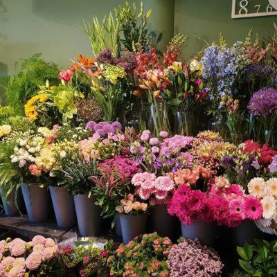 Liever niet de deur uit? Laat uw bloemen thuisbezorgen!
